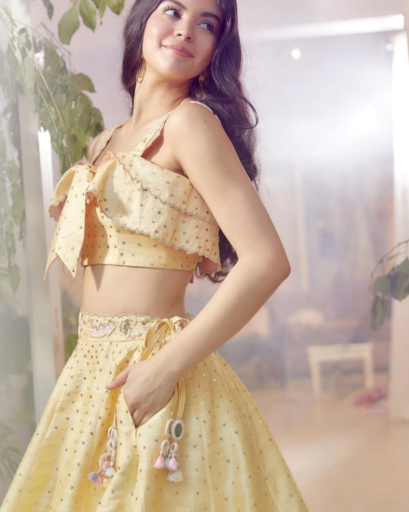 Simple light yellow lehenga design with front knot.