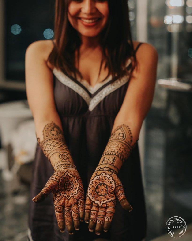 neha kakkar bollywood singer hand mehendi