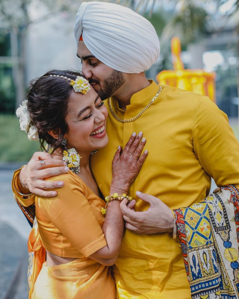 Rohanpreet kissing Neha Kakkar on Haldi ceremony