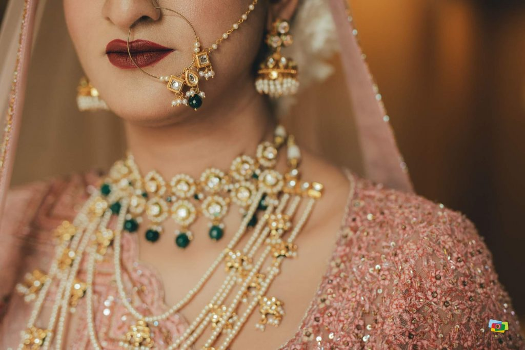 contrast cream color jewellery with peach lehenga
