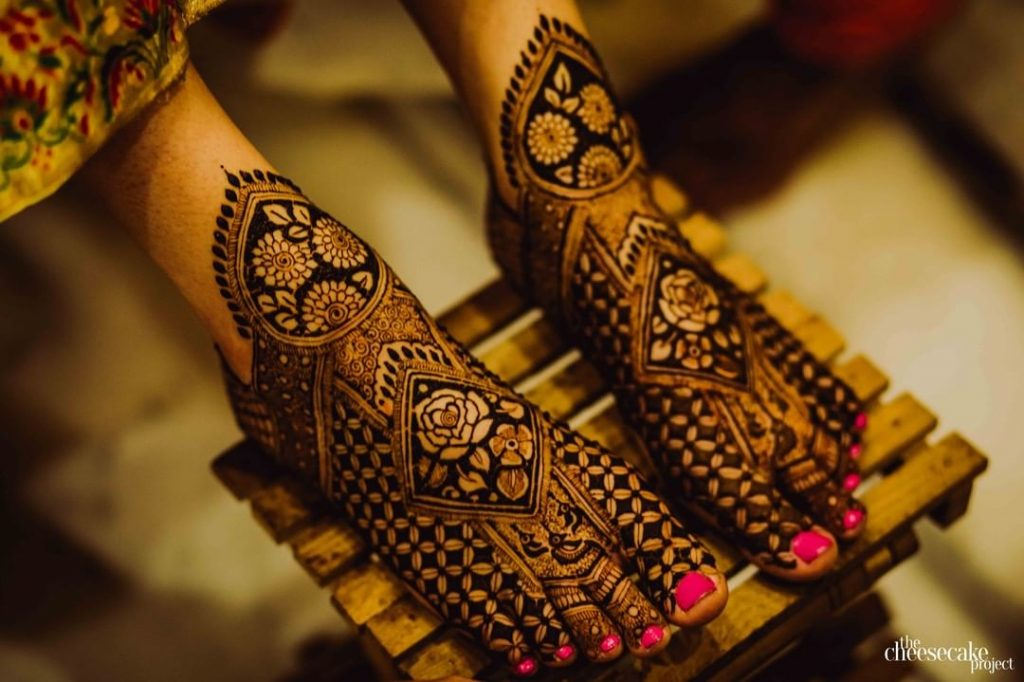 Net Mehndi Design For Feet With Diamond and Rose Motifs