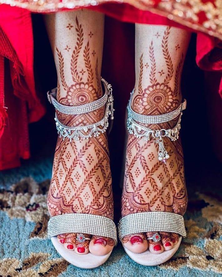 Leafed meshwork henna design for the brides of 2020