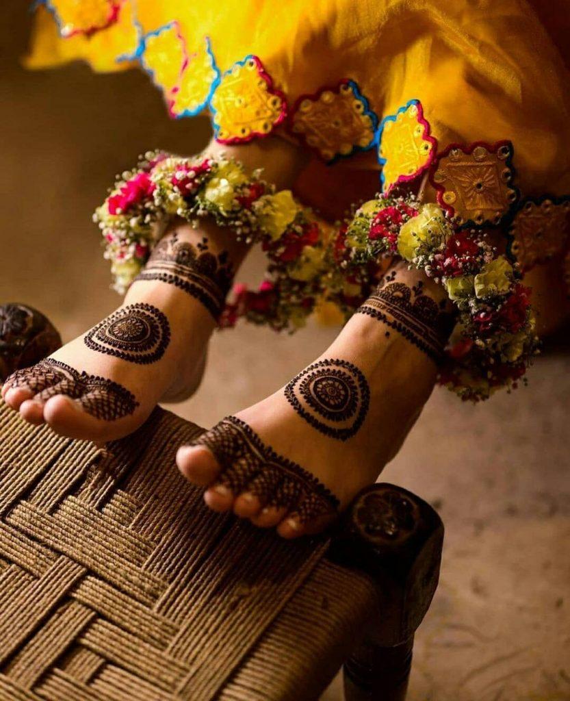 minimalistic bridal mehndi design 2020 with chakra