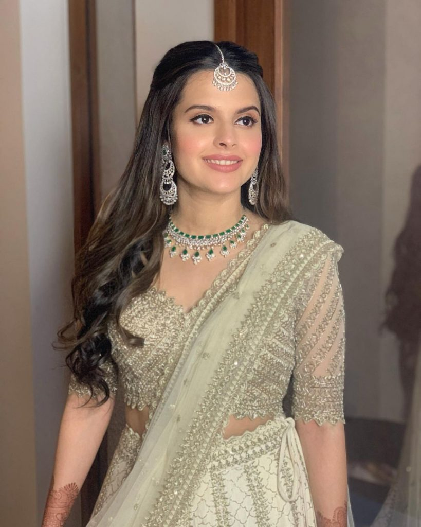Indian wedding hairstyle idea for square face with curled ends
