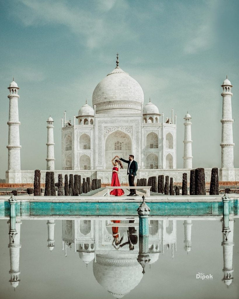 monument background pre wedding shoot ideas