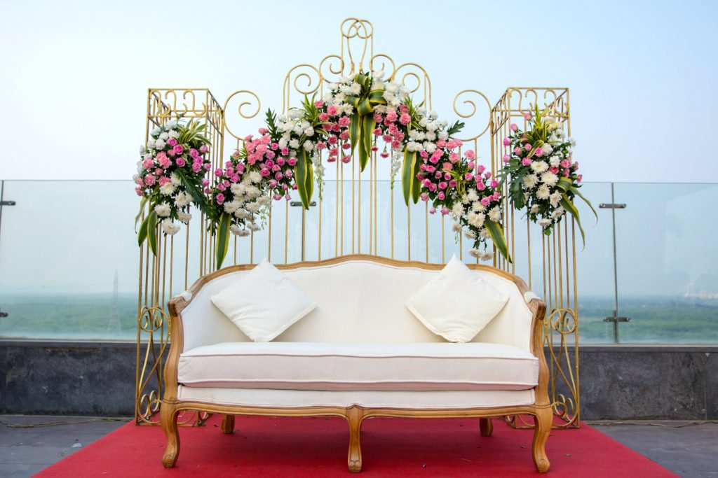 Rose flowers decoration with gold accents and white seating