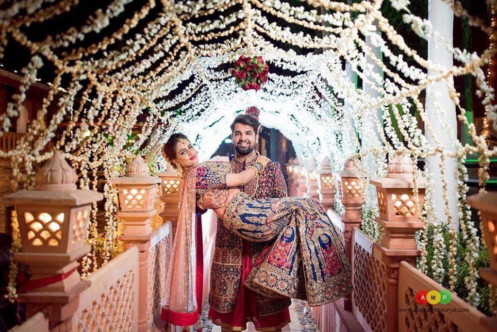 Adorable bride groom arm carry entry ideas