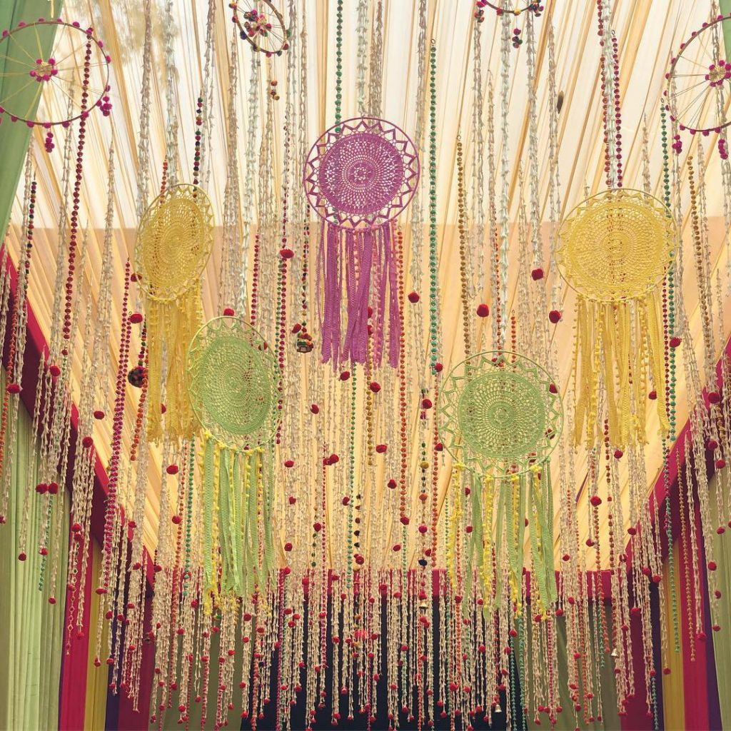 ceiling décor ideas with dreamcatchers in pastel shades