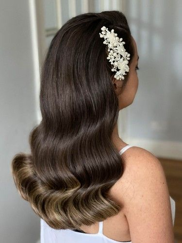 bride in wavy hairstyle and white headpiece